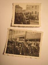 Gruppe Soldaten in Uniform mit Gewehr & Helm beim Marsch - 2. Weltkrieg /2x Foto