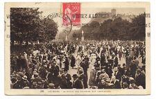 lourdes , la foule des pèlerins sur l'esplanade