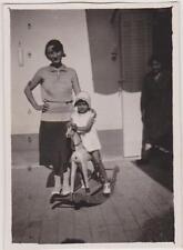 PHOTOGRAPHIE ANCIENNE FILLETTE ROBE CLAIRE/SANDALES/SUR SON CHEVAL DE BOIS