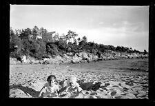 Enfants sur la plage sable bord de mer - Ancien négatif photo an. 1950