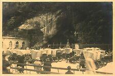 PHOTO 031015 - 1930 LOURDES - malades à la grotte -