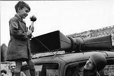 WW2 - Un enfant parle pour l'Armée américaine à Beaumont-Hague