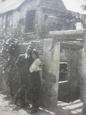 Vintage Photo vers 1940 couple amoureux devant maison en ruine  snapshot