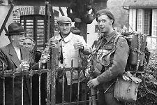 WW2 - Photo -  juin 1944 - Cidre normand pour les commandos au Bêret vert