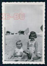 altes Foto KLEINES MÄDCHEN MIT TEDDYBÄR LITTLE GIRL BEACH TEDDY BEAR 1949