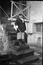 Jeune fille escalier parapluie - négatif photo ancien an. 1940 negative