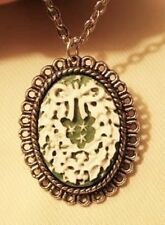 Dainty Scallop Rim Green White Christmas Wreath Silvertn Pendant Necklace +++