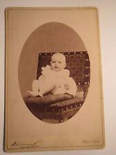 Wien & Ischl - auf einem Stuhl sitzendes kleines Kind - Baby / KAB