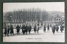 CPA. EPERNAY. 51 - Caserne Abbé. 1917. Militaires. Petite Fille.