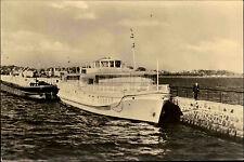 Stralsund DDR s/w Postkarte 1958 Partie an der Mole Schiffe Mann auf der Mole