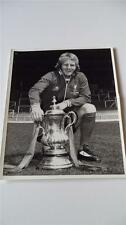 LIVERPOOL FC LEGEND ALEC LINDSAY WITH THE FA CUP IN 1974 ORIGINAL PRESS PHOTO