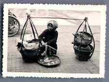 Vietnam, Petite fille marchande  Vintage silver print.  Tirage argentique d&#0