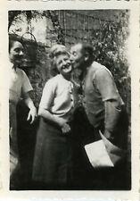 PHOTO ANCIENNE - VINTAGE SNAPSHOT - COUPLE AMOUREUX BISOU DRÔLE - LOVERS KISSING