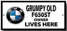 Vieux grincheux propriétaire moto BMW F650ST vit ici finition émaillée signe en métal.