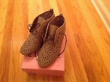 Vintage crown lazer cutout ankle flat leather taupe shoes size 8,5