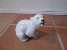 Ältere Porzellanfigur sitzender Eisbär Lomonosov 13 cm lang 12 cm hoch
