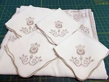 VINTAGE HAND EMBROIDERED 66 X 80 LINEN TABLECLOTH & 4 MATCHING NAPKINS