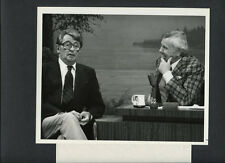 ROBERT MITCHUM WITH JOHNNY CARSON ON THE TONIGHT SHOW -1978 VINTAGE CANDID PHOTO