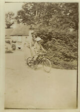 PHOTO ANCIENNE - VINTAGE SNAPSHOT - VÉLO ENFANT APPRENTISSAGE LEÇON - CHILD BIKE