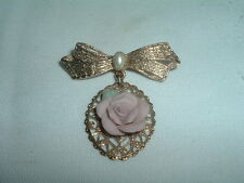 BEAUTIFUL VINTAGE ESTATE PORCELAIN ROSE PEARL BOW PIN IN GIFT BOX