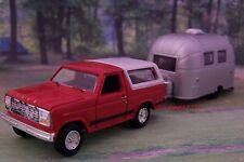 1980 FORD BRONCO 4X4 + AIRSTREAM CAMPER TRAILER 1/64 COLLECTIBLE DIORAMA MODEL