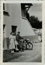 PHOTO ANCIENNE - VINTAGE SNAPSHOT - MOTO MOTOCYCLETTE MODE - MOTORCYCLE FASHION