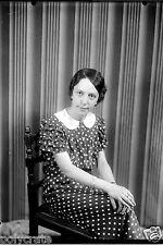 Portrait studio jeune fille assise Ancien négatif 13x18 photo verre an. 1920 30