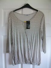 Off white, black/sand hexagonal/geo print 3/4 length sleeve stretchy top SIZE 10