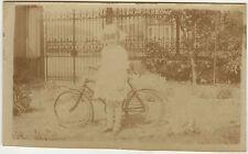 PHOTO ANCIENNE - ENFANT FILLE VÉLO JARDIN GRILLE - GIRL BIKE - Vintage Snapshot