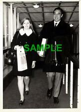 ORIGINAL PRESS PHOTO - ACTOR RICHARD JOHNSON AT HEATHROW AIRPORT WITH SECRETARY