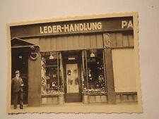 Einzelhandel - Geschäft - Leder-Handlung mit Schaufenster / Foto
