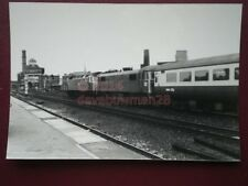 PHOTO  A DIESEL & ELECTRIC LOCO ON AN INTER CITY TRAIN