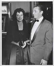 1959--ROBERT MITCHUM @ HOLLYWOOD PREMIERE--ORIGINAL 8x10 PHOTO--NMT