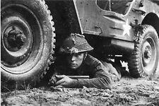WW2 - Photo - Soldat britannique à l'abri sous une Jeep en Normandie