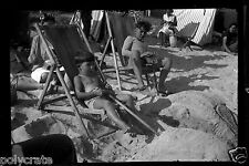 Négatif photo ancien - Portrait enfants jeux dans le sable plage - mer