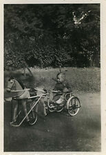 PHOTO ANCIENNE - VINTAGE SNAPSHOT - ENFANT TRICYCLE CHEVAL DE BOIS VÉLO - HORSE