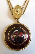 A VINTAGE 1950s GOLD TONE FLORENZA PENDANT NECKLACE WITH DARK RED ENAMEL