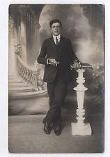 RPPC Postcard CARTE PHOTO Studio Décor peint Homme Colonne Vers 1920 Cigarette