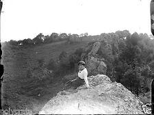 Jeune femme assise sur rocher négatif photo verre photo - an. 1910 1920