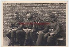 (F10681) Orig. Foto Antwerpen, deutsche Soldaten sitzen an einer Mauer 1940er