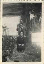 PHOTO ANCIENNE - VINTAGE SNAPSHOT - GROUPE JARDIN QUEUE LEU LEU DRÔLE - GARDEN