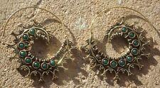 Hecho a mano de latón Indio Étnico Diseño Pendientes Verde Esmeralda Corte Piedra Cabujones