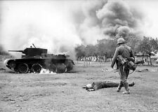 """German Solider with Dead Russian BT-7 Operation Barbarossa 5""""x 7"""" WW2 Photo 554"""