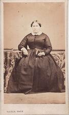 Photo cdv : Kaiser , Dame assise sur une chaise en pose  , vers 1865