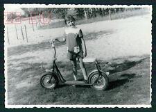 altes Foto KLEINES MÄDCHEN MIT TRETROLLER 1960er JAHRE LITTLE GIRL W/ SCOOTER