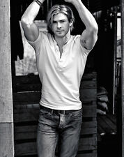 Chris Hemsworth UNSIGNED photo - B168 - HANDSOME!!!!!