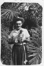 PHOTO Guinée homme posant avec un petit singe légende au dos souvenir de KAN KAN