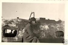 4747/ Originalfoto 9x6cm, deutscher Soldat vorm Wrack Heinkel He 111, ca. 1942
