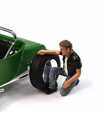MOTORMAN BIKER CAR NUT FIGURE AMERICAN DIORAMA 23915 1:24 ACCESSORY