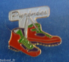Pin's pin PYRENEES CHAUSSURES DE MARCHE (ref L07)